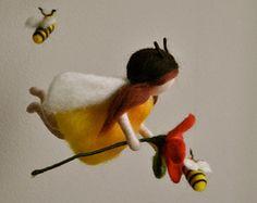 Dies ist eine Waldorf inspirierte Stück wolle durch die Nadel-Filzen-Technik gemacht. Es ist entstanden, um eine ruhige und harmonische Bild, der kommuniziert mit der Seele durch Farben, Texturen, Formen und Energie zu bieten.  Abmessungen: 28 In Höhe 14 In Breite. Puppen: 4 in  Versand: Da Shop-Startseite in Montréal befindet, kontaktieren Sie den Shopbetreiber für genauere-Lieferzeit und Versandkosten.  Hinweis: Es ist kein Spielzeug.