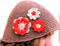 Sombrero con flores aplicadas.   Un accesorio lleno de color.