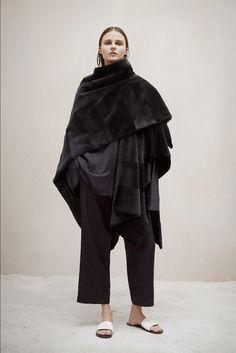 poncho-femme-asymétrique-noir-pantalon-assorti-chaussures