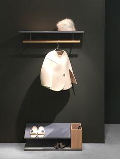 Belle hatthylla, designad av Broberg & Ridderstråle för Asplund. Efter framgångarna med serien Tati har designduon Broberg & Ridderstråle expanderat Asplunds kollektion med förvaringsserien Belle. Hatthyllan som finns i två olika längder har en toppskiva i ekfanér och klädstången i lackerad metall är lindad i läder. Välj mellan tre olika utföranden; Vit med naturläder, gråblå med naturläder eller mörkgrå med cognacsfärgat naturläder.