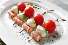 Cocktails, Drinks, Caprese Salad, Catering, Chicken Recipes, Appetizers, Food And Drink, Menu, Cooking