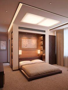 chambre à coucher contemporaine avec un lit bas, design mural en bois avec des étagères et plafond original avec éclairage indirect