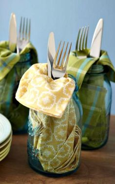 15 Ways to Use Mason Jars ~ Service for one, all in one. Napkin and silverware look great tucked into a jar meant to be the drinking vessel. #MasonJars