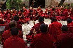 Das nördlich von Lhasa gelegene Sera Kloster ist eines der drei Großen Klöster der Gelug- Schule des tibetischen Buddhismus. Sehr berühmt ist die Mönch-Debatte im Sera. Junge Mönche treffen sich in einem Hof und testen gegenseitig ihr religiöses Wissen.