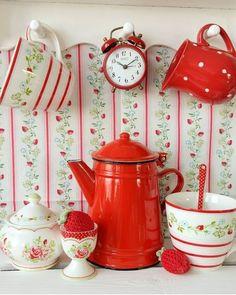 Red Cottage, Cottage Chic, Cottage Style, Vintage Kitchen, Retro Vintage, Rainbow Kitchen, Kitchen Display, My Ideal Home, Farmhouse Decor