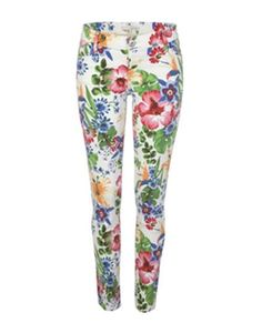 River Island White Floral Pants wear with a white kimono top and metallic flat sandals and accessorize with a choker style necklace and a nude color sling bag. available for 40 GBP