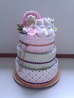 Diaper cake---uses disposable diapers, and I am thinking small receiving blankets.... cute idea...