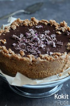 Sametinpehmeä suklaakakku - Silky Chocolate Pie (in Finnish) Delicious Cake Recipes, Yummy Cakes, Dessert Recipes, Yummy Food, Raw Chocolate, Chocolate Recipes, Finnish Recipes, Raw Cake, Cake Fillings