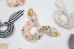 How to Make Knot Scrunchies - With Free Pattern + Video Tutorial Sew fun DIY Knot Scrunchies with a free printable pattern! Learn how to make scrunchies in just a few easy minutes! They're perfect for gifts or yourself! Sewing Hacks, Sewing Tutorials, Sewing Crafts, Sewing Patterns, Sewing Tips, Sewing Ideas, Diy Hair Scrunchies, How To Make Scrunchies, Leftover Fabric
