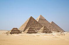 Necropoli di Giza - 2585-2520 a.C., IV dinastia - blocchi calcarei - Giza, Egitto. Il complesso funerario di Giza comprende le piramidi di Cheope, Chefren e Menkaura (Micerino), e la sfinge, che è un ritratto di Chefren.    #MR