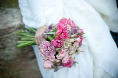 Ramo de novia con claveles y rosas en tonos lila, fucsia y rosa pastel de Sally Hambleton for the workshop flores  #ramodenovia #bridalbouquet #tendenciasdebodas