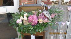 """Valise fleurie : valise chinée et détournée pour fleurir le plan de tables (Fleuriste """"Fleur Ô naturel - Sables d'Olonnes)"""