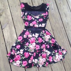 Rollacoster floral dress size small Rollacoster floral dress size small excellent condition has see through middle net near belly button and lower back made of 89% polyester 7% rayon and 4% spandex Rollacoster Dresses