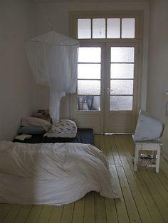 Sandalye hep yanlıș yerde durur; yatakta ya okuma lambası eksiktir ya da çok yukarı konmuștur; bütün bir oda kötü uyușmamıș bir elbiseye benzer. foto : Mieke Verbijlen