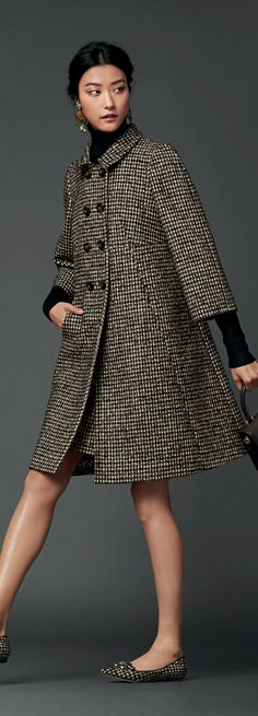 Discover clothing, shoes, bags and accessories designed by Dolce&Gabbana: the new collection with its unmistakable style is online. Love Fashion, Girl Fashion, Womens Fashion, Fashion Design, Coats For Women, Clothes For Women, Stylish Coat, Dolce E Gabbana, Autumn Winter Fashion