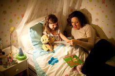Mamma racconta una storia di buonanotte alla bambina