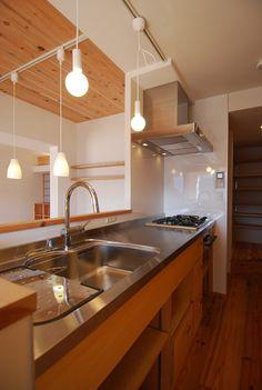 シナ共芯合板を使った特注造作キッチン:『ルーフバルコニーとウッドデッキ・障子の映える和の家』西宮市