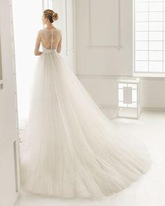 ROSA CLARÁ - DUERO vestido de novia corto de encaje rebrode pedreria y chantilly con cola y cinturon de  chantilly y tul.
