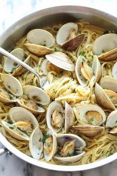 Linguine mit Auberginen-Sugo Rezept Linguine with clams Clam Recipes, Salmon Recipes, Fish Recipes, Seafood Recipes, Pasta Recipes, Healthy Recipes, Steak Recipes, Linguine Recipes, Pasta Linguini
