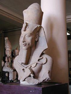 Representación del faraón Akenatón. Dinastía XVIII - Periodo Amarniense (s. XIV a.C.). Obsérvense las nuevas formas estéticas utilizadas.