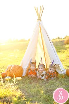 50 photo shoot ideas for families to try this weekend! – – Rachel 50 photo shoot ideas for families to try this weekend! – 50 photo shoot ideas for families to try this weekend! Fall Pictures, Fall Photos, Cute Photos, Autumn Photography, Children Photography, Foto Fun, Fall Mini Sessions, Halloween Photos, Fall Family