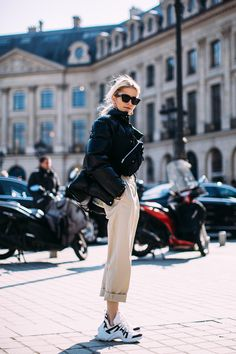 Dad sneaker trend street styles at Paris fashion week fall Dad sneakers are no doubt in full swing. The bulky boxy silhouette of dad sneakers took the ugly sneaker trend to the next level and made them the shoes of the moment. Fashion Casual, Style Casual, Sport Fashion, Look Fashion, Autumn Fashion, Womens Fashion, Fashion Trends, Men's Style, Fashion Styles