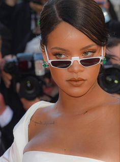 Estilo Rihanna, Rihanna Riri, Rihanna Style, Beyonce, Rihanna Outfits, Rihanna Photos, Sunglasses For Your Face Shape, Rihanna Looks, Ray Bans