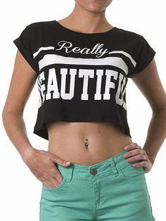Camiseta de manga corta con BEAUTIFUL en blanco enseñando vientre