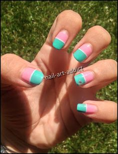 Nail Art : Bicolore et Stripping Tape http://nail-art-addict.blogspot.fr/2015/08/defi-du-mois-bicolore-stripping-tape.html