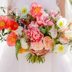 In major love with this Marvimon wedding bouquet featuring peonies, poppies, garden roses and more!