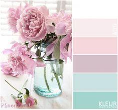PIOENROZEN - Kleurenpalet pastel. Prachtige combinatie zacht roze pioenrozen op een aqua blauw / groen potje