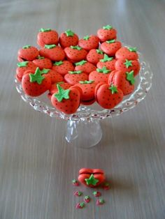 Macarons con forma de fresa. #PostresFiestas