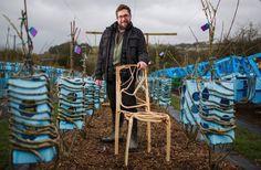 İngiliz üretici Gavin Munro, toprakta yetiştirdiği sandalyelerle organik mobilya trendini başlatıyor. Üstelik antik çağ tekniklerini, modern teknolojiyle birleştirerek geliştirdiği üretim metoduyla yalnızca sandalyeler değil, masa ve heykel gibi farklı ürünlere de imzasını…