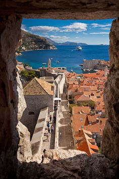 Dubrovnik – Vieille ville protégée par l'UNESCO Places Around The World, Oh The Places You'll Go, Travel Around The World, Places To Travel, Places To Visit, Lisalla Montenegro, Voyage Europe, Croatia Travel, Travel Tips