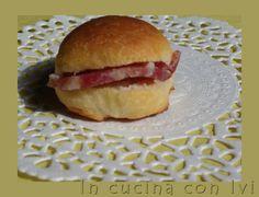 Panini al latte http://dirittierovesci.blogspot.it/2010/05/latte-e-salame.html