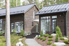 Linjakas kesähuvila Sysmässä Cottage Design, House Design, Design Homes, Small Lake Houses, Modern Barn House, Summer Cabins, Cedar Siding, Villa, Weekend House