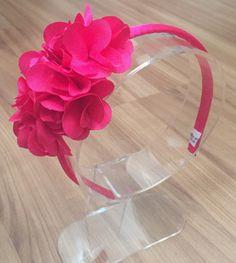 Tiara com aplicação de flores de cetim formando um lindo arranjo!    Cores disponíveis:  Rosa pink  Rosa claro  Branca  Preta  Bege  Vermelha  Azul marinho  Amarelo     Para todas as idades !      *prazo de envio : 72 hr após a confirmação do pagamento , exceto feriados e recessos !