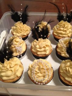 Deserts :Great Gatsby themed cupcakes for the desert table. Great Gatsby Party, Great Gatsby Motto, The Great Gatsby, Great Gatsby Themed Wedding, Great Gatsby Decorations, Harlem Nights Theme Party, 1920 Theme Party, Mafia Theme Party, 1920s Theme