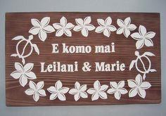 キュートなプルメリアの絵柄と、ハワイの神話の中で神秘的な力をもった存在として語り継がれている・ホヌの絵柄が新郎新婦を囲ってお祝いするデザイン。 #プルメリア #ウェルカムボード