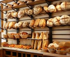 Le Pain Quotidien, a Belgian-inspired bakery is a multi-outlet chain with shops in several states and countries. Note the storage of proofing baskets on top shelf. These would hopefully not be mere decorations but used every day. Bakery Store, Bakery Cafe, Cafe Restaurant, Bread Display, Bakery Display, Bakery Decor, Bakery Shop Design, Coffee Shop Design, Bakery Interior