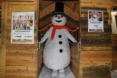 Welkom allemaal in mijn Snowparadijs. Hier sta ik op de foto bij het skilift huisje. Ik ga omhoog om mijn eerste afdalig van de dag te nemen.