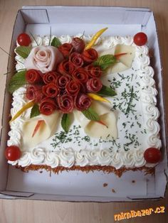 kulatý dort bud skrojíme špičku a vydlabeme a naplníme(bra Entree Festive, Sandwich Torte, Meat Cake, Creative Food Art, Food Carving, Food Garnishes, Garnishing, Salty Cake, Food Platters
