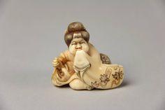Нэцкэ. Сидящая фигура Usume Laughing. Япония. 19-й век. слоновая кость, резьба. Местонахождение: США. Нью-Йорк. Метрополитен-Музей