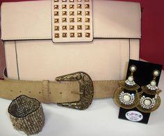 Bolsa, cinto, brinco e pulseira em tonalidades nude.