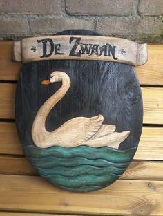 Bij deze zwaan is het houten tekstlint eenvoudig er vanaf te halen. RAWdecorations.com