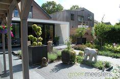 Creatieve afwisseling in bestratingsmaterialen.  #Moderne #Garden #Design #Modern Patio, Outdoor Decor, Design, Home Decor, Porches, Decoration Home, Room Decor, Home Interior Design