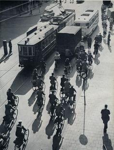 https://flic.kr/p/dRU3nV | Kees Scherer  24 uur Amsterdam, verkeer  1957