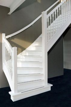 mooie witte trap tegen grijze muur. met grijze antislipstrips. Living Room Modern, Home And Living, Open Trap, Interior Design Living Room, Living Room Designs, Open Staircase, Hallway Designs, Stair Steps, House Stairs