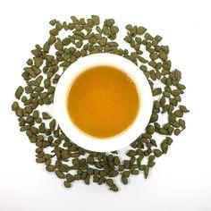 NEU!  N 114 Dong Ding Ginseng  Ginseng Oolong ist halbfermentierter mit Ginseng-Extrakt bearbeiteter Tee aus China oder Taiwan. Er vereinigt nützliche Eigenschaften von Oolongs und Ginseng.  Ginseng Oolong wird meistens in Taiwan hergestellt. Sonnentrockene Ginsengwurzel wird in Pulver durchgemahlen und den Teeblättern hinzugefügt. Es gibt mehrere Arten zwei Pflanzen in einem Produkt zu vereinigen aber diese ist wohl die verbreitetste.  Wie sieht Ginseng Oolong aus  Es sind kleine grünliche…