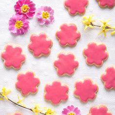 Kruche, migdałowe ciasteczka kwiatki z różowym lukrem wprowadzą wiosnę na Wasz stół. Są bardzo proste w przygotowaniu.